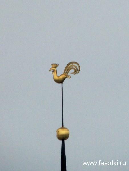 Петушок на Рижском Домском соборе установлен на шпиле в 1980 году (оригинал упал после бомбежки во время Второй мировой, но уцелел и хранится в Крестовой галерее)