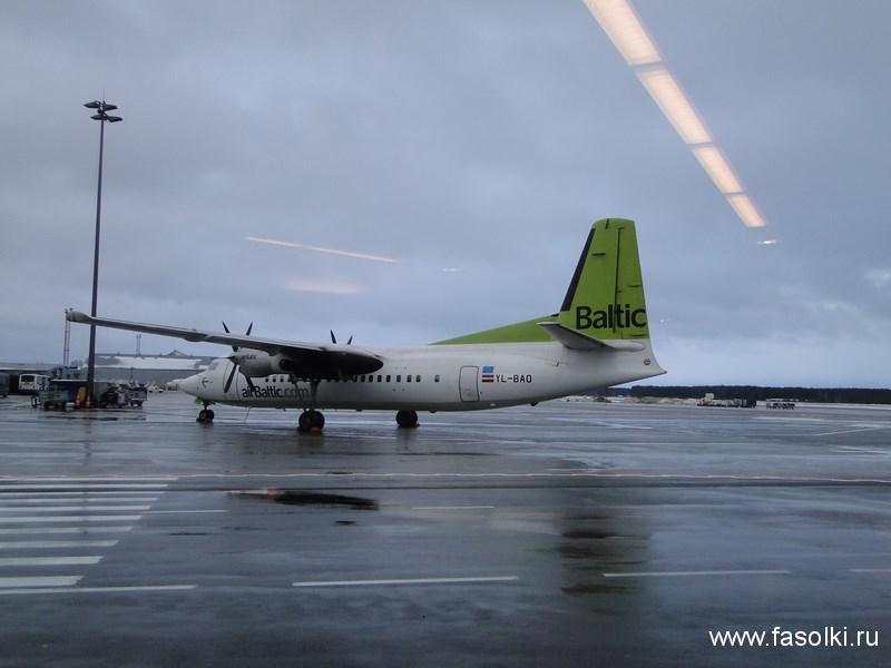 Винтовой самолет AirBaltic. Лететь из Риги в Таллин около часа
