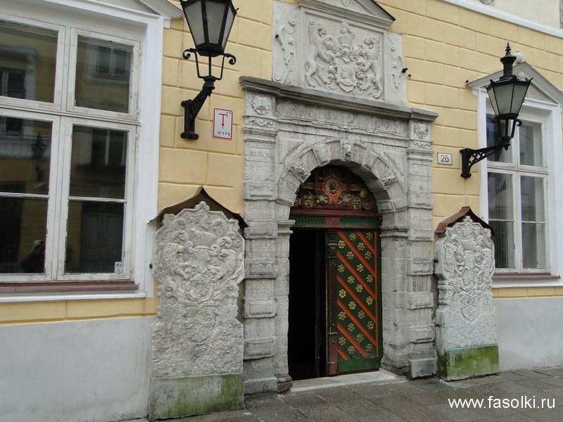 Вход в дом купцов Черноголовых на улице Пикк в Таллине
