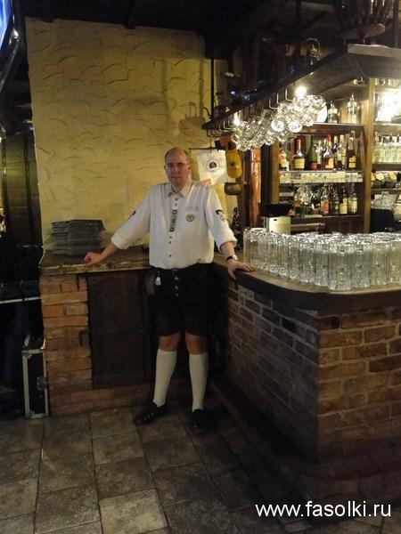 Официант в ресторане-пивоварне BeerHouse в Таллине