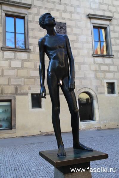 """Скульптура """"Юность"""" во дворе музея игрушек в Пражском граде"""