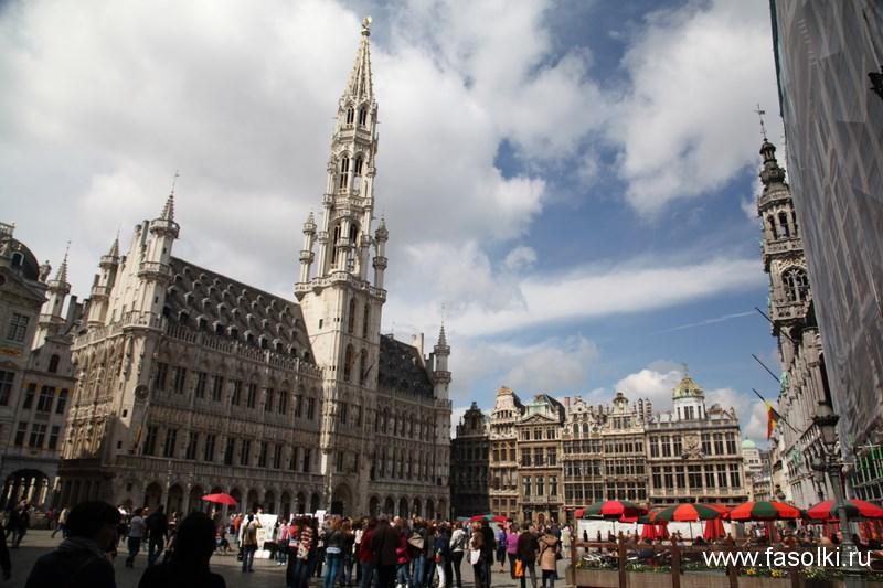 Городская ратуша слева. Хлебный дом, или Дом короля справа