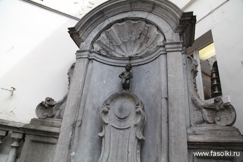 Статуя писающего мальчика - Манекен Пис
