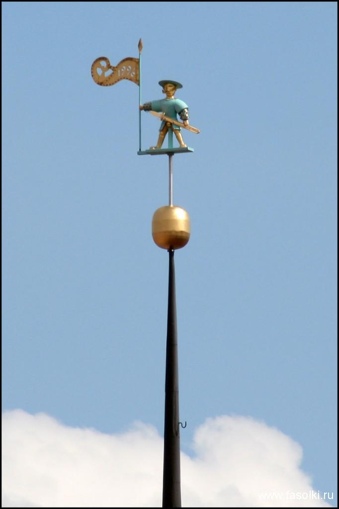 Флюгер в виде фигуры Старого Томаса установлен на вершине шпиля Таллинской городской ратуши.