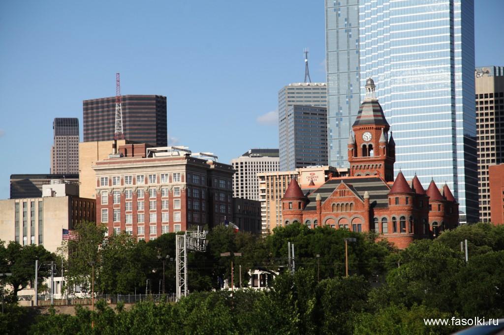 Исторические здания Далласа на фоне высоток