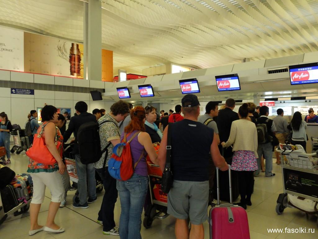 Стойки регистрации авиакомпании AirAsia в Гонконге