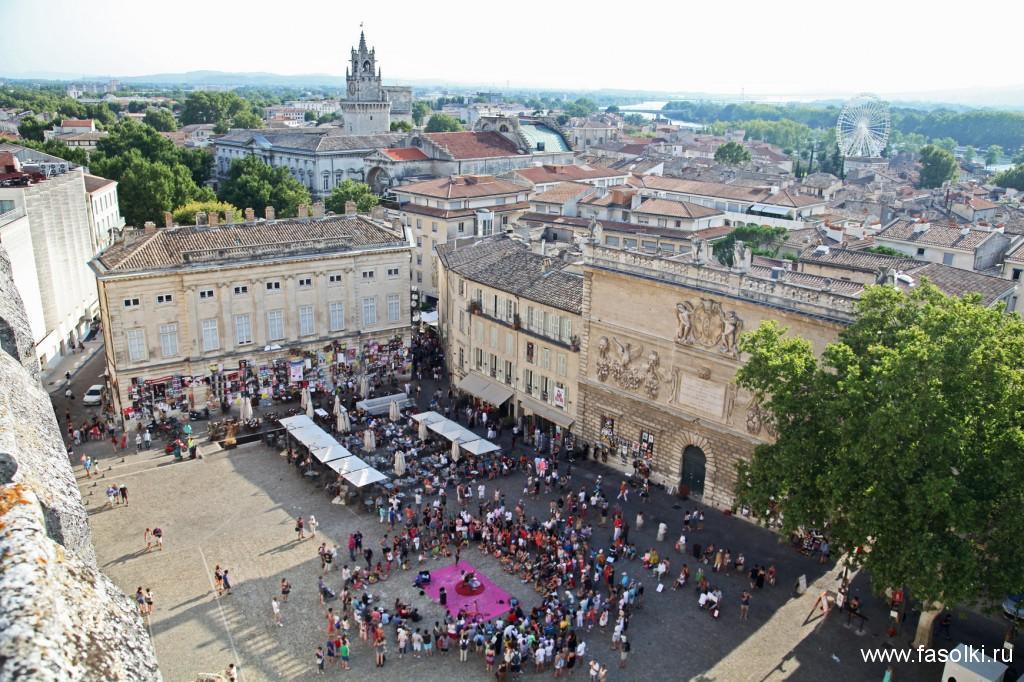 Авиньон. Вид на городскую площадь с одной из башен Папского дворца