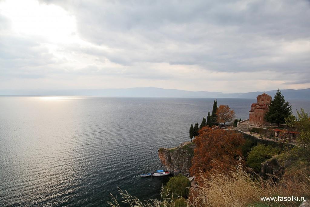 Церковь Св. Иоанна Богослова в Канео - самая известная церковь Охрида. Вдалеке виднеется албанский берег