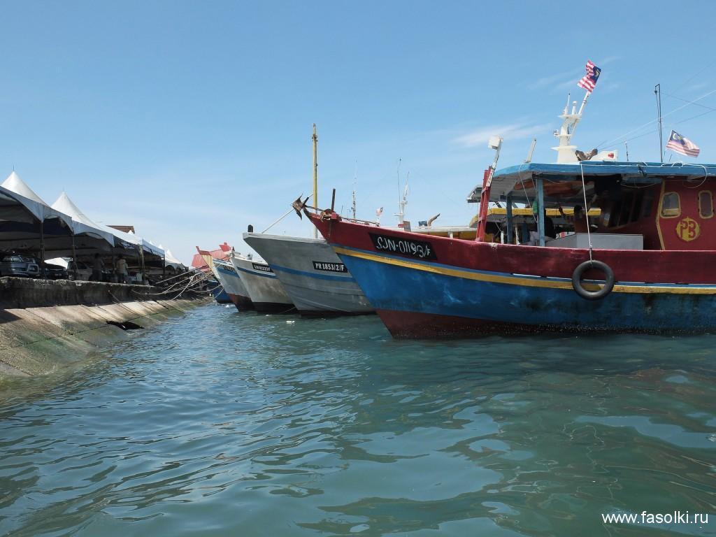 Рыбацкие лодки на филиппинском рынке