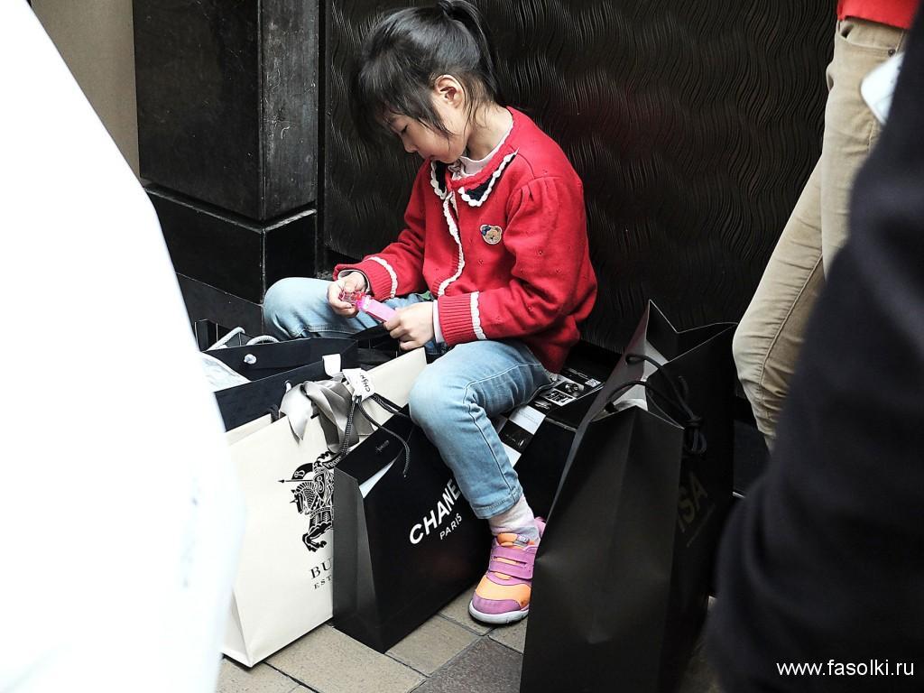 Скучающая девочка в очереди в бутик Cartier