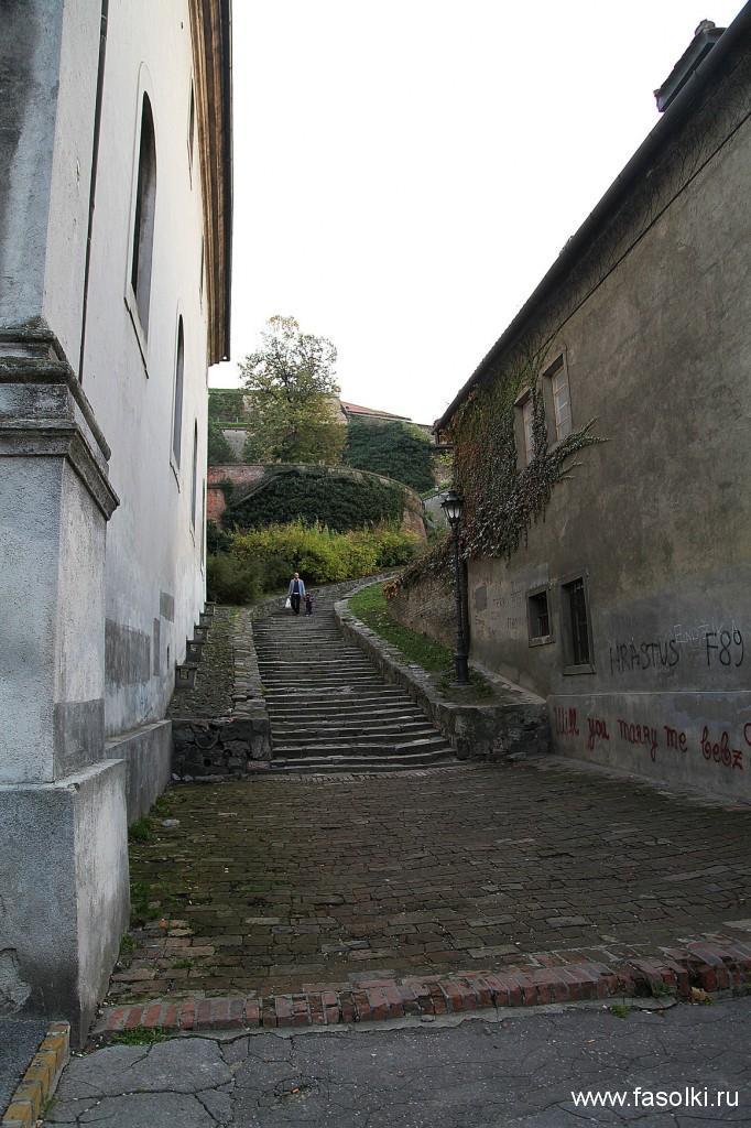 Одна из лестниц, ведущих в крепость