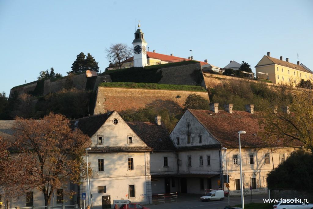 Территория крепости открыта круглосуточно и бесплатна для посещения.