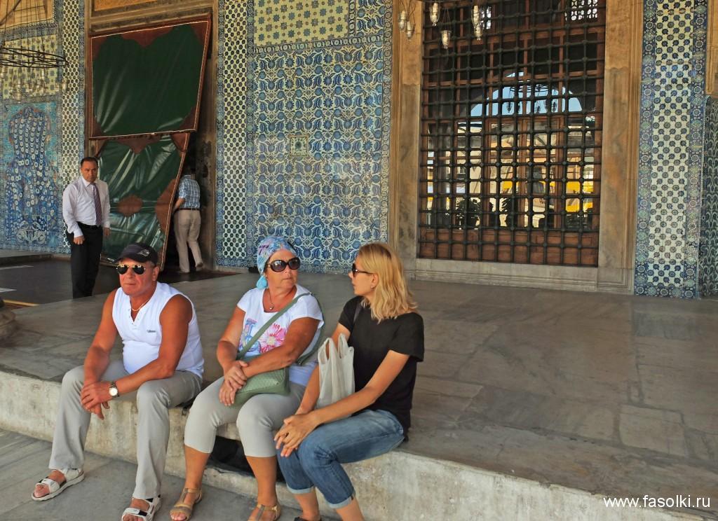 Хрупкая блондинка справа - наш экскурсовод Гала. Разговор происходит у входа в мечеть Рустема Паши - визиря султана Сулеймана Великолепного