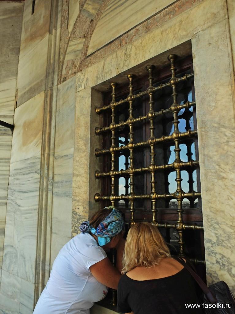 Окно усыпальницы султана Сулеймана Великолепного. На фото: моя мама и Гала