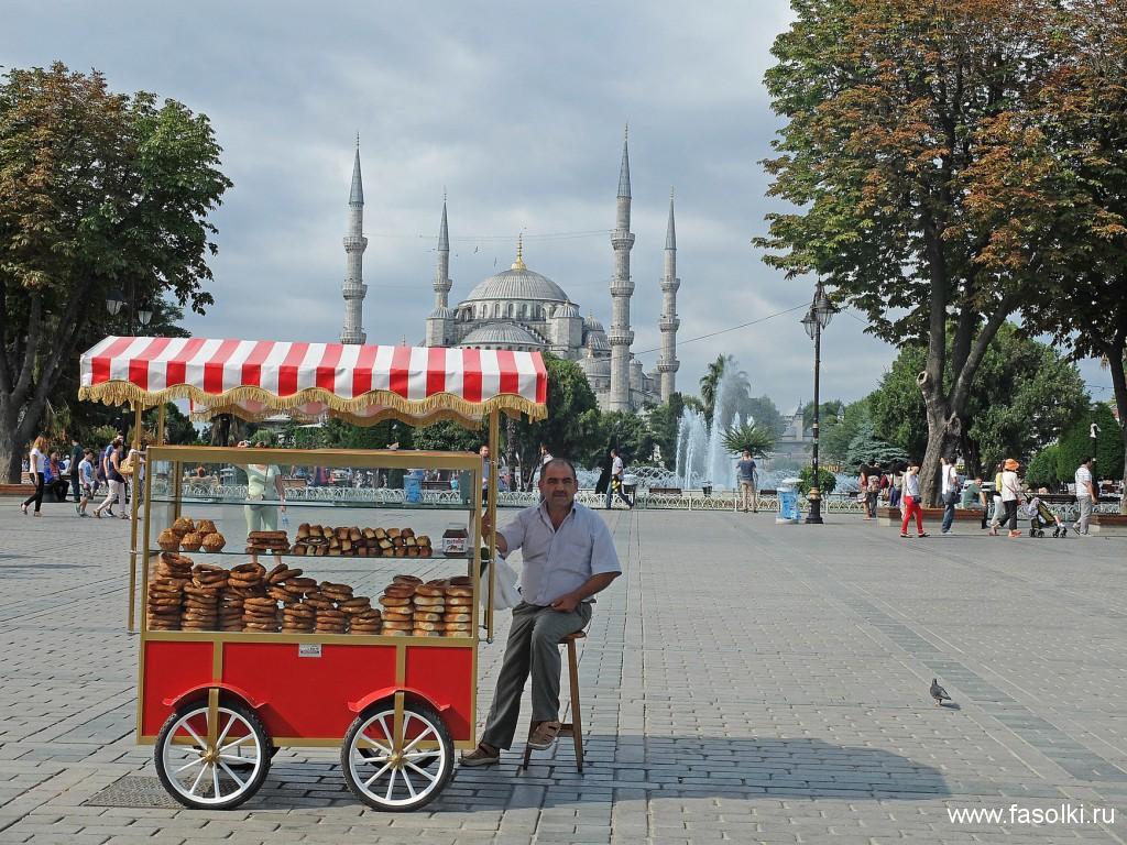 Симит - популярная в Турции уличная еда. Это что-то вроде нашего калача, посыпанного кунжутом. Вкусно и дешево, но лучше не увлекаться, если хотите приехать из отпуска не на два размера больше :)