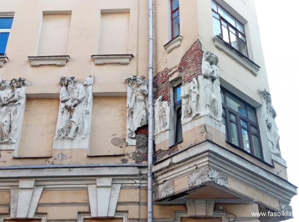 Дом на углу Малого Могильцевского и Плотникова переулков с необычным горельефом, на котором изображены русские писатели-классики в довольно недвусмысленных эротических позах. 1907 г.