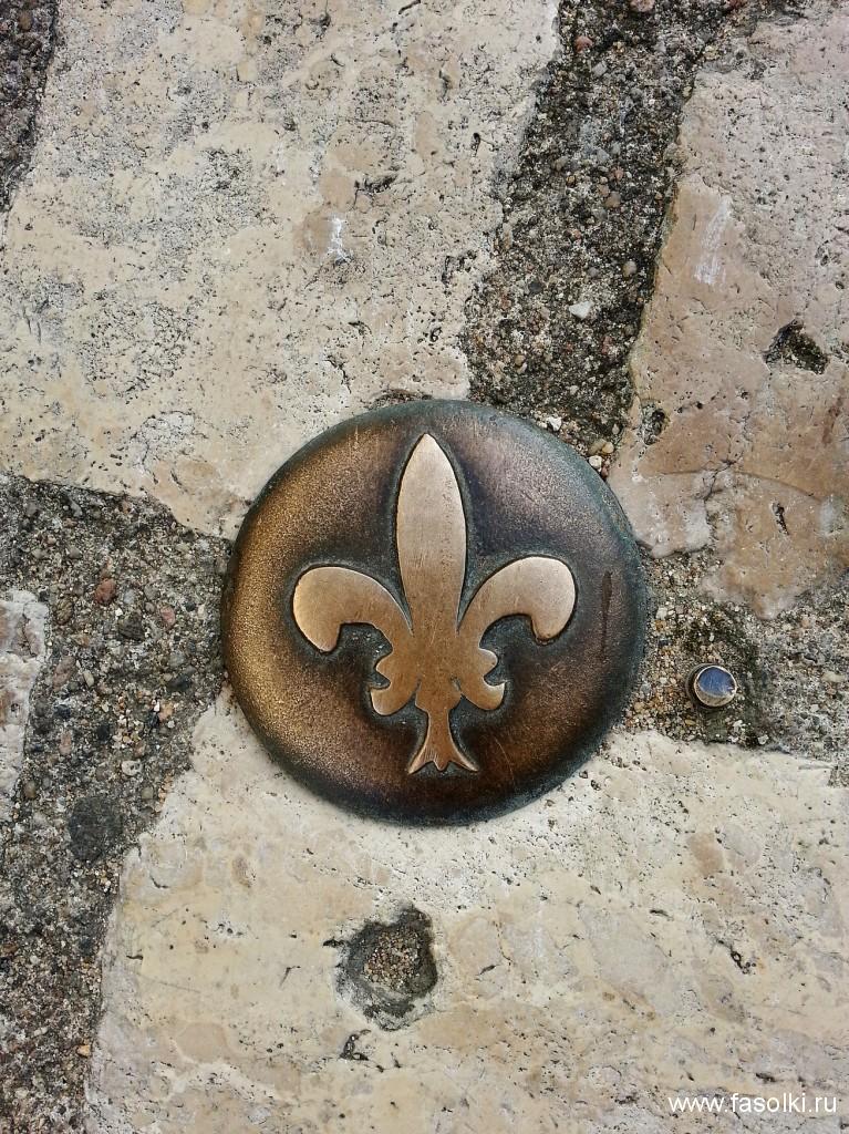Геральдическая лилия (флер-де-ли) - знак французских королей. Брусчатка в Блуа