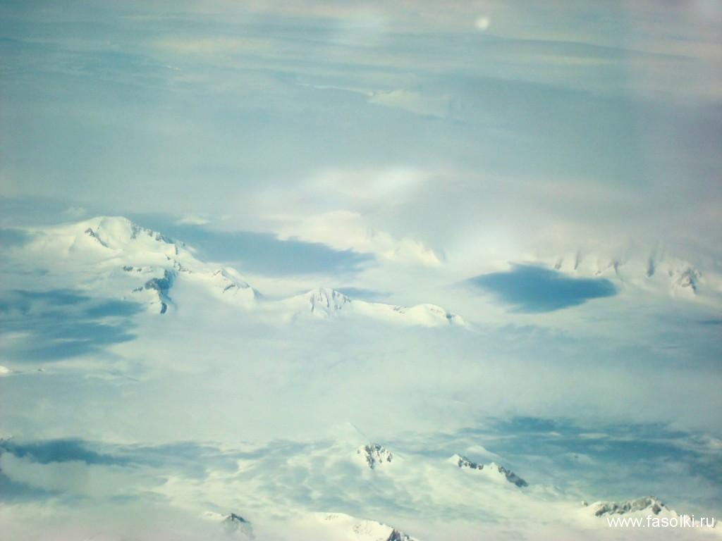 Полет проходил над безжизненными ледяными пейзажами Гренландии.
