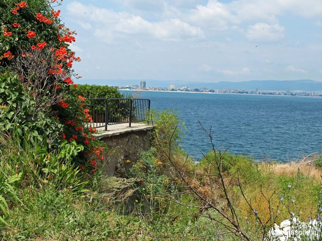Вид из Старого Несебра на курорт Солнечный берег